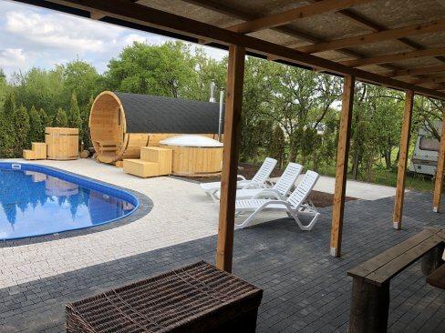 Basen i sauna w ośrodku wypoczynkowym w Cichowie