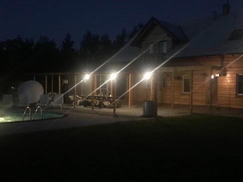 Wczasy w Cichowie - ośrodek nocą