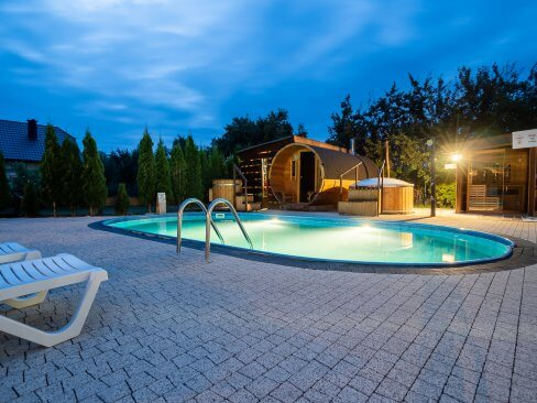 Basen i sauna nocą - Cichowo